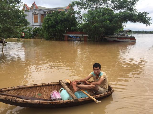 Lo vỡ đê sông Bưởi, hơn 13.000 dân sơ tán tránh lũ - Ảnh 5.