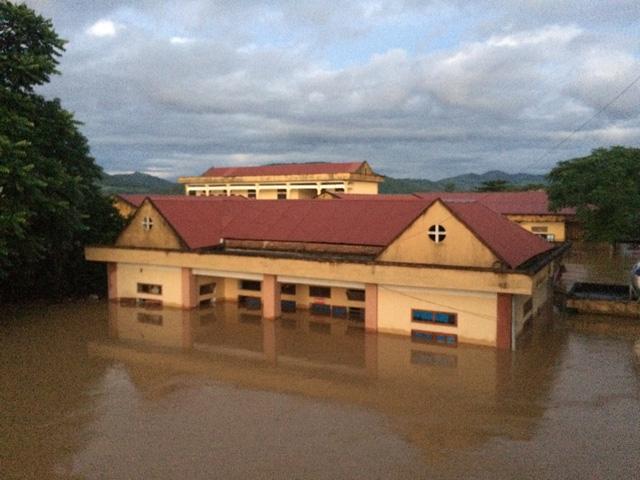 Lo vỡ đê sông Bưởi, hơn 13.000 dân sơ tán tránh lũ - Ảnh 4.