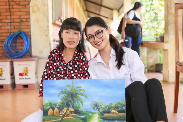 Á hậu Thùy Dung mang tranh của người khuyết tật đến Hoa hậu quốc tế 2017 - ảnh 1