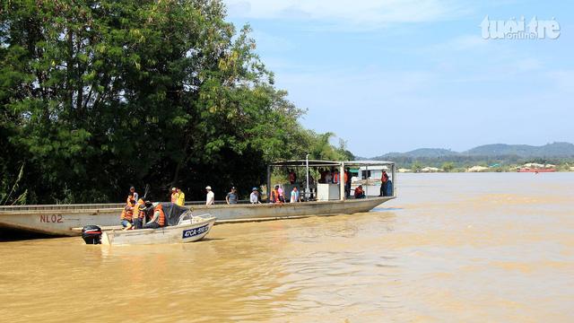 Hàng chục người tìm kiếm người gặp nạn trên sông Krông Ana - Ảnh 1.
