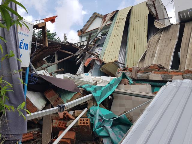 Xe tải tông sập nhà dân nhưng không chịu đền bù - Ảnh 2.