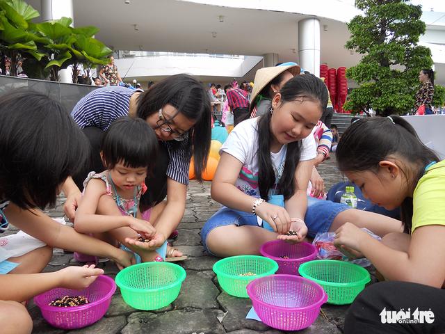 Trung Thu cho trẻ em thiệt thòi ở Hà Nội, Đà Nẵng, TP.HCM - Ảnh 13.