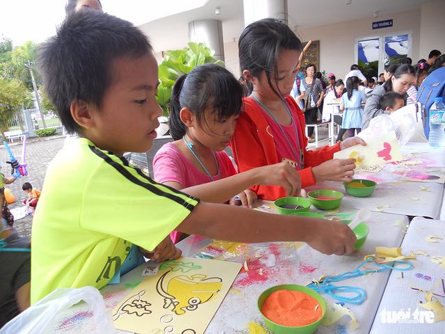 Trung Thu cho trẻ em thiệt thòi ở Hà Nội, Đà Nẵng, TP.HCM - Ảnh 14.