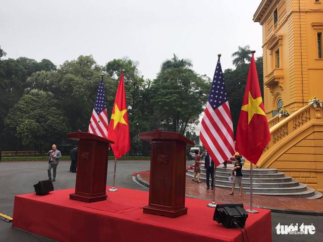 Đang đón Tổng thống Donald Trump tại Phủ chủ tịch - Ảnh 1.