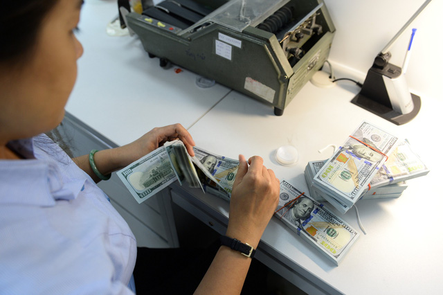 Doanh nghiệp tăng vay ngoại tệ, Ngân hàng Nhà nước tìm cách siết - Ảnh 1.