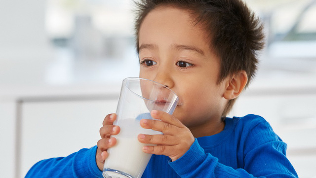 Phòng giáo dục ra chỉ tiêu 60% học sinh phải uống sữa - Ảnh 1.