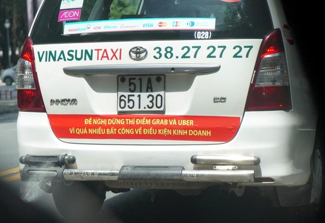Thấy gì từ biểu ngữ vì quá nhiều bất công của taxi Vinasun? - Ảnh 1.