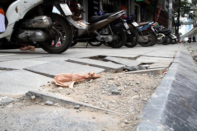 Nhiều quận Hà Nội hiểu sai chỉ đạo lát đá vỉa hè ồ ạt? - Ảnh 2.