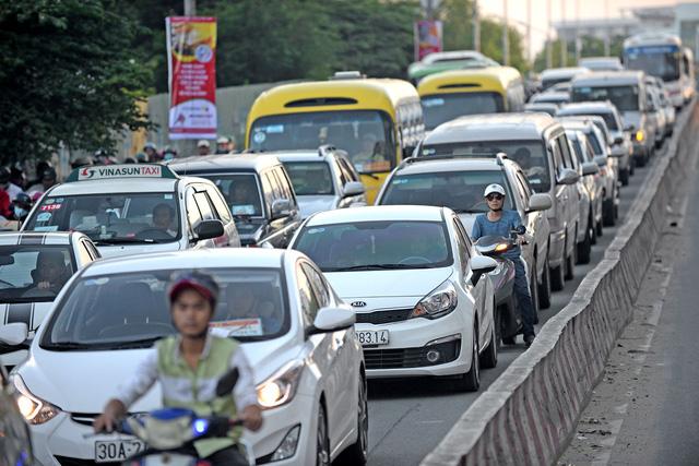 Doanh số bán xe hơi tụt dốc vì khách hàng có tâm lý chờ giảm mạnh - Ảnh 1.