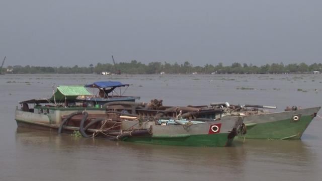 Bắt quả tang hai sà lan khai thác cát trái phép trên sông Tiền - Ảnh 1.