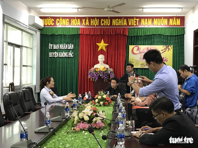 Huyện Krông Pắk hứa tìm việc cho hơn 500 giáo viên bị cắt hợp đồng - Ảnh 4.