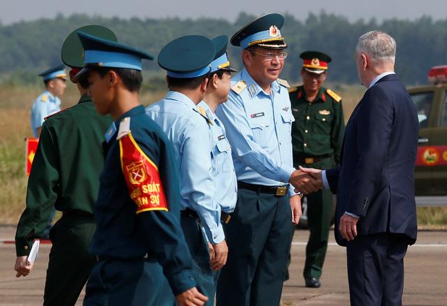 Bộ trưởng Quốc phòng Mỹ thăm sân bay Biên Hòa - Ảnh 2.