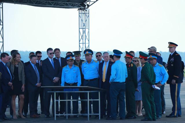 Bộ trưởng Quốc phòng Mỹ thăm sân bay Biên Hòa - Ảnh 1.