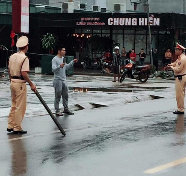 Khống chế thanh niên nghi 'ngáo đá' vác dao diễu phố - Ảnh 1.