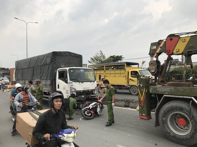 Xe tải đụng 3 xe máy trên quốc lộ 1, 2 người chết tại chỗ - Ảnh 1.