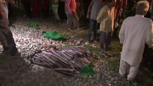 Ấn Độ: Đi dự lễ hội bị tàu hỏa tông, ít nhất 50 người chết - Ảnh 1.