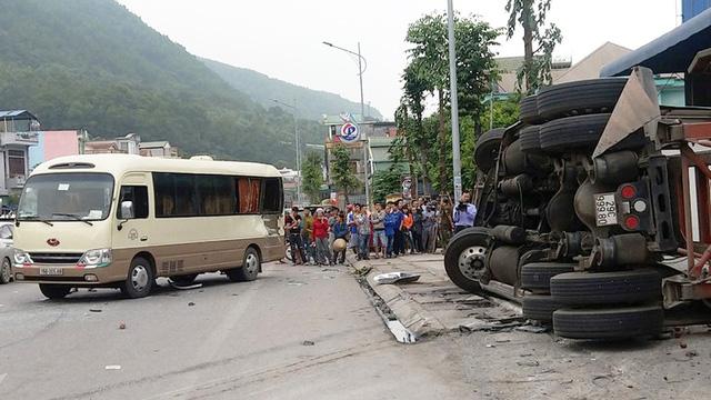 Xe container mất thắng gây tai nạn liên hoàn - Ảnh 1.