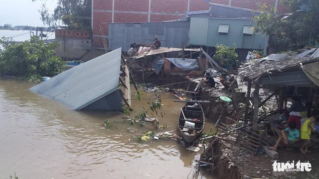 Sạt lở ở An Giang, 2 căn nhà sụp xuống sông - Ảnh 1.