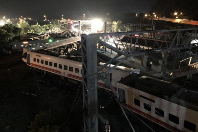 Tàu lửa Đài Loan trật bánh, 18 người chết, hơn 140 người bị thương - Ảnh 1.