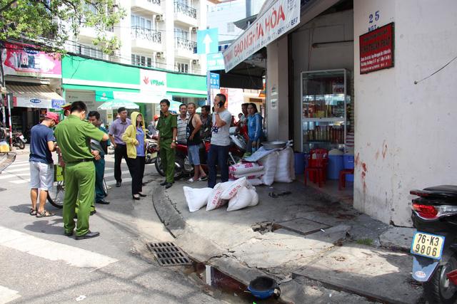 Chủ quán gạo ở Nha Trang bị đâm hàng chục nhát dao - Ảnh 2.