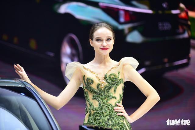 Những người đẹp hâm nóng triển lãm xe Vietnam Motor Show 2018 - Ảnh 19.