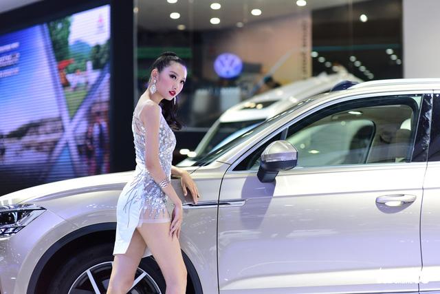 Những người đẹp hâm nóng triển lãm xe Vietnam Motor Show 2018 - Ảnh 12.