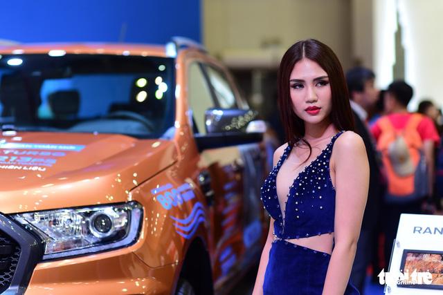 Những người đẹp hâm nóng triển lãm xe Vietnam Motor Show 2018 - Ảnh 7.