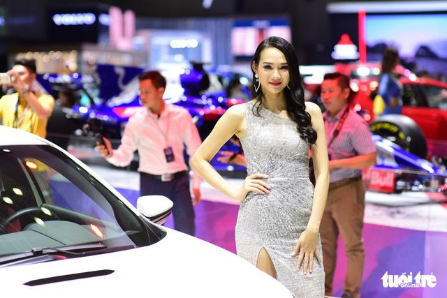 Những người đẹp hâm nóng triển lãm xe Vietnam Motor Show 2018 - Ảnh 4.