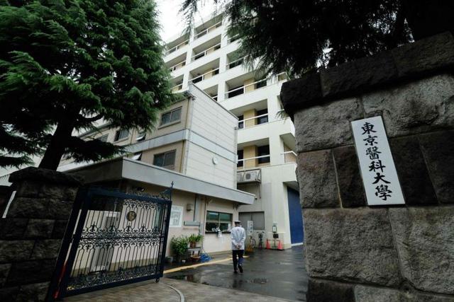 Nhật phát hiện thêm nhiều đại học sửa điểm để loại bớt nữ sinh - Ảnh 1.