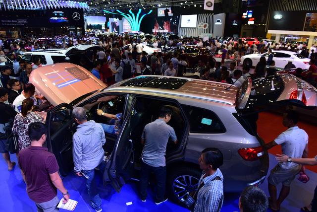 Dân Sài Gòn rủ nhau mua vé đi xem xe hơi - Ảnh 5.
