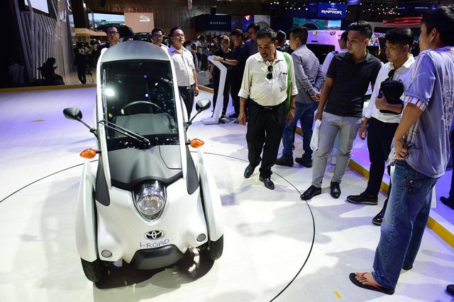 Dân Sài Gòn rủ nhau mua vé đi xem xe hơi - Ảnh 7.