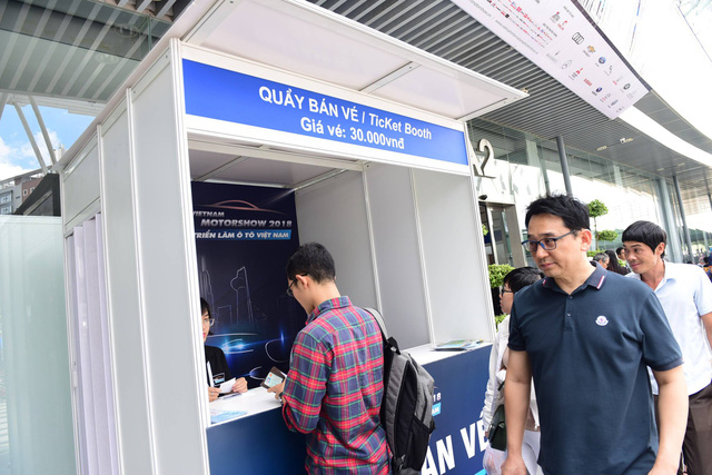 Dân Sài Gòn rủ nhau mua vé đi xem xe hơi - Ảnh 2.