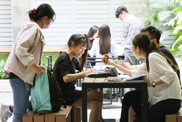 Giảng viên vượt chuẩn tiếng Anh được nâng lương trước hạn - Ảnh 1.