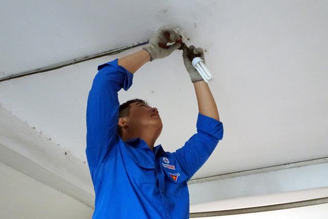 Điện lực TP.HCM lắp đặt bóng đèn cho các chung cư cũ - Ảnh 1.