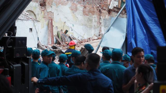 Vụ bà cụ thoát chết ở Hà Nội: tường sập khi đang phá dỡ nhà - Ảnh 1.