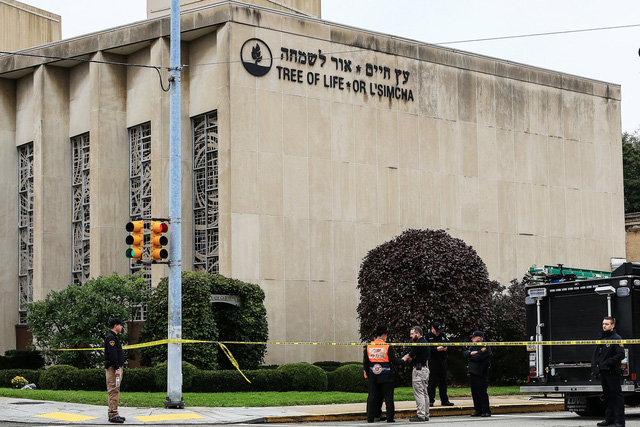 Nổ súng vào hội đường Do Thái: 11 người thiệt mạng - Ảnh 1.