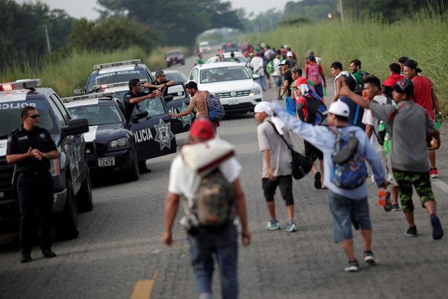 Đoàn di dân hàng ngàn người rùng rùng tiến đến Mỹ - Ảnh 3.