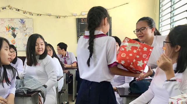 Học trò Sài Gòn tặng nhau... bịch muối để tình bạn đậm đà hơn - Ảnh 1.