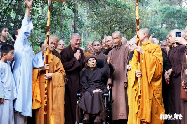 Thiền sư Thích Nhất Hạnh về đến tổ đình Từ Hiếu - Ảnh 1.