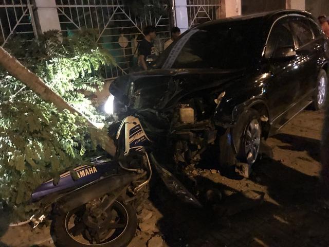 Phó công an Đồng Xoài lái ôtô tông nhiều xe máy, 2 người nhập viện - Ảnh 1.