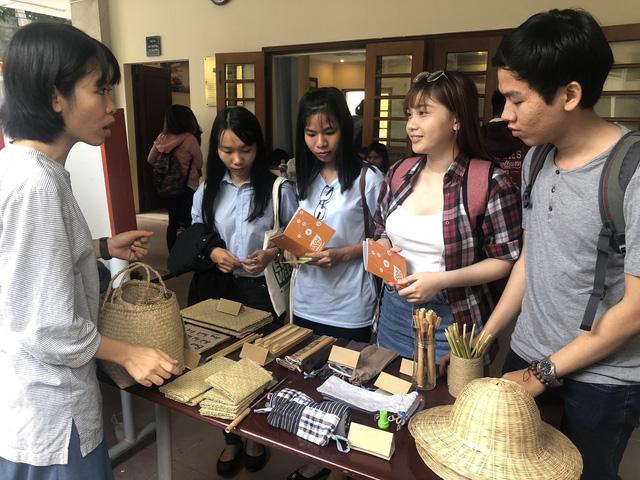 Sinh viên lên rẫy học làm kinh tế xanh - Ảnh 2.