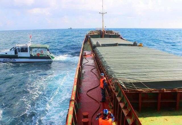 Quảng Nam: tạm giữ tàu hàng cùng 3.000 tấn than trên biển - Ảnh 1.