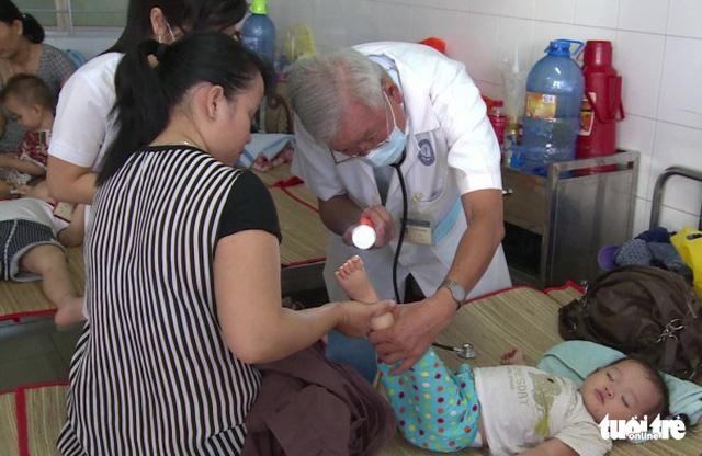 Hai bệnh nhi tử vong vì sốt xuất huyết và tay chân miệng - Ảnh 1.
