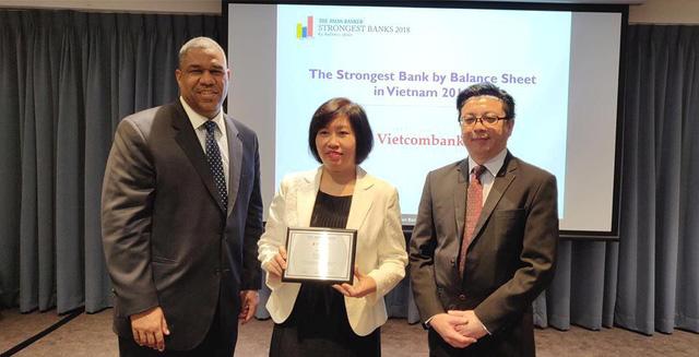 Vietcombank tiếp tục nhận giải Ngân hàng mạnh nhất Việt Nam - Ảnh 1.