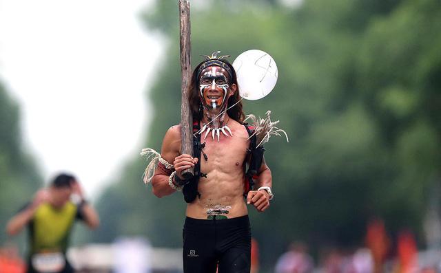 Người đàn ông chạy 1.214 km/tháng - Ảnh 1.