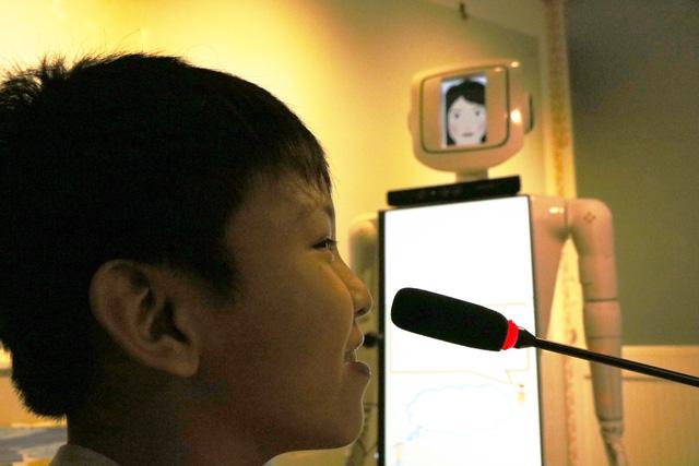 Cô giáo robot dạy tiếng Anh của sinh viên - Ảnh 2.