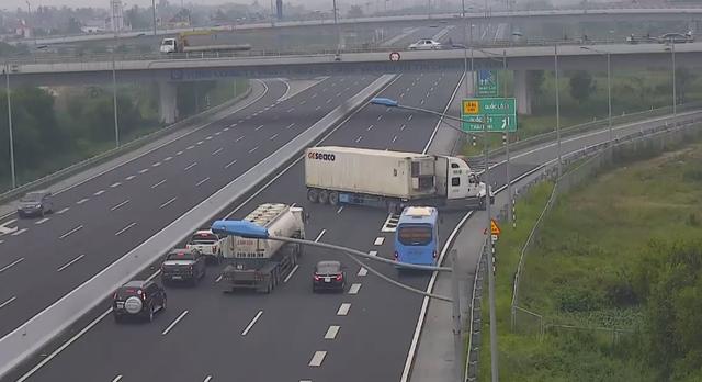 Xe container ngang nhiên đi ngược chiều trên cao tốc - Ảnh 2.