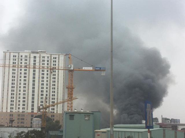 Cháy kho hàng cạnh bến xe Nước Ngầm - Ảnh 3.