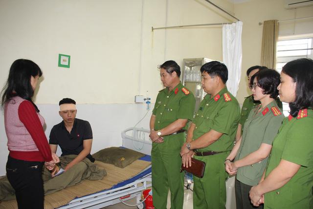 Một chiến sĩ bị thương khi cứu hộ tại hang Cột Cờ - Ảnh 1.