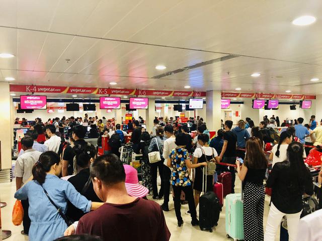 Sân bay Tân Sơn Nhất lập kỉ lục: 900 lượt chuyến bay/ngày dịp tết - Ảnh 1.